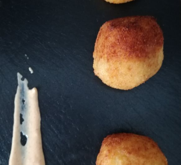 Arancini o croquetas de arroz de calabaza con gorgonzola y salsa de yogur al pimentón