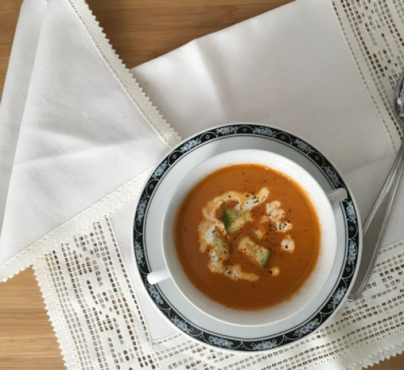 Buscando que hacer con un pimiento, me encontré con esta Sopa de pimiento rojo y calabacín