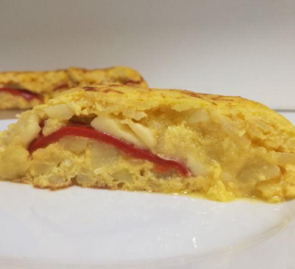 Tortilla de patata rellena de queso y pimiento rojo, receta hecha en Thermomix®