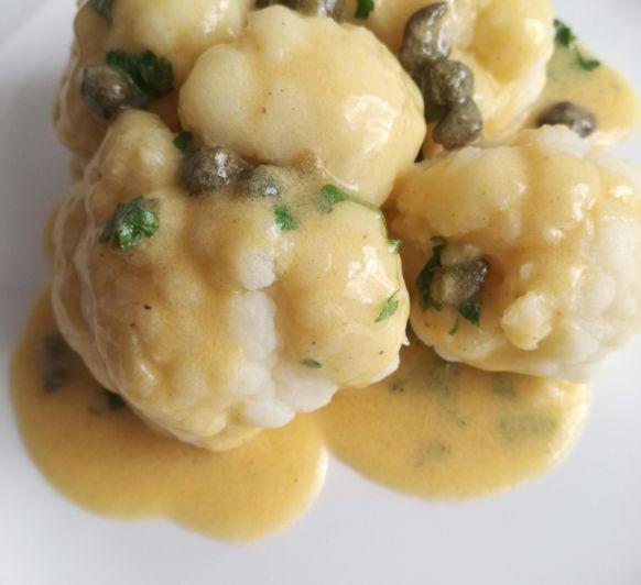 Tiempo de verduras: receta coliflor al vapor con salsa de mantequilla y alcaparras