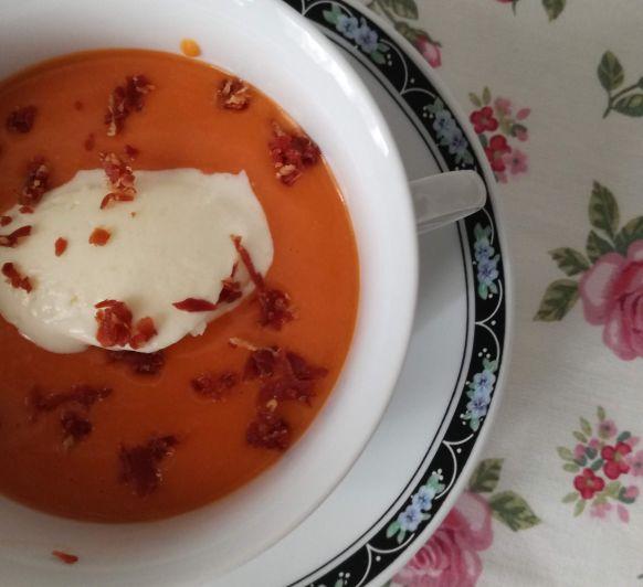 Salmorejo con canelle de queso Idiazabal y crujiente de jamón ibérico, una receta para sorprender