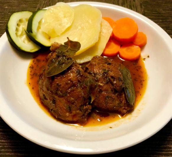 Un delicioso plato de domingo: carrilleras al pimentón con verduras