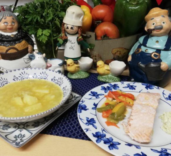 Menú completo: Patatas guisadas con puerros. Salmón con tres pimientos y salsa de aguacate.