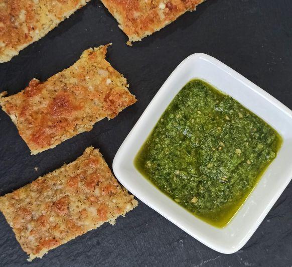 Barritas de coliflor o pizza de coliflor acompañadas de pesto de rucula y avellanas hecho en Thermomix®