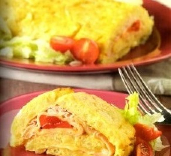 Rollo de tortilla de patata con jamón, queso y pimiento.