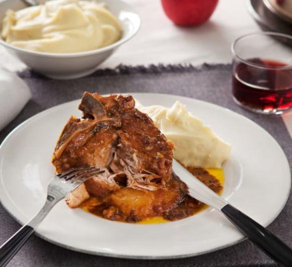 Aguja de cerdo con piña y naranja.