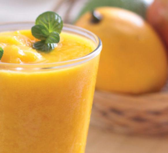 Zumo integral de mango, naranja y fresas