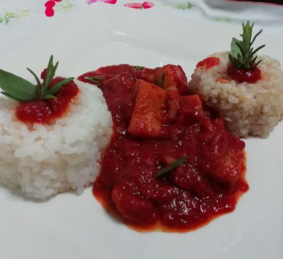 Sepia en salsa de pimiento rojo con arroz blanco en TM6