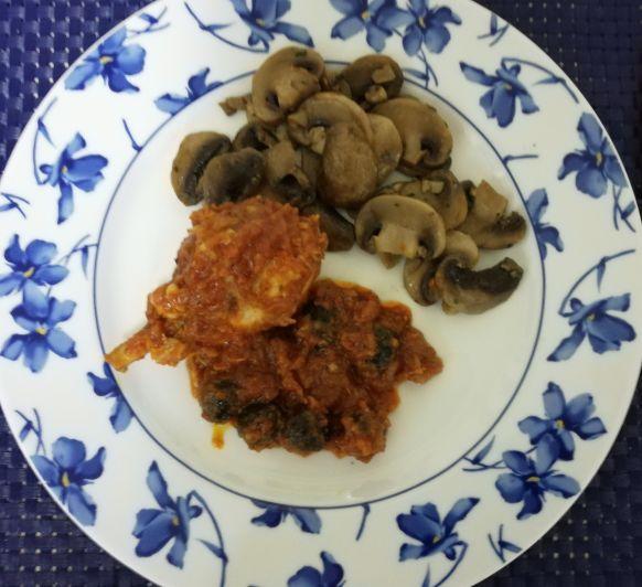 Pollo guisado con tomate y aceitunas en Thermomix® .