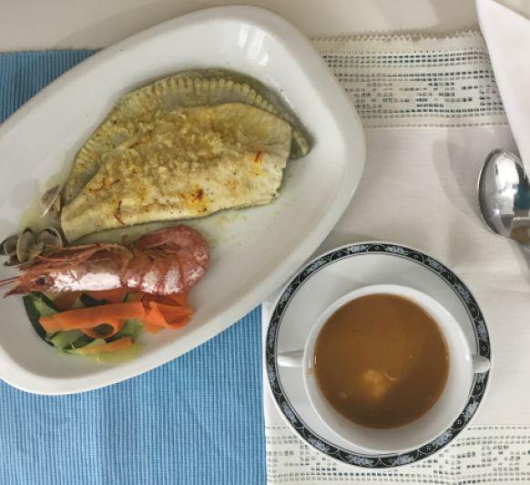 Menú completo: Sopa de gambas con arroz y rodaballo con almejas y verduras.