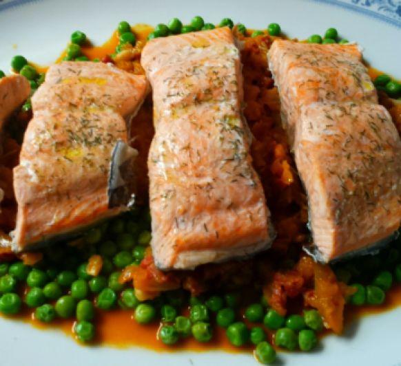 Lomos de pescado y guisantes con jamón al pimentón